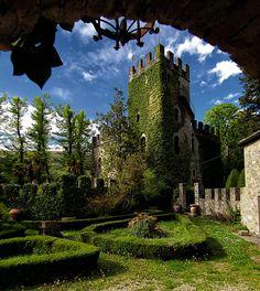 Castello di Palagio Fiorentino, situato a Stia, provincia di Arezzo, Tuscany. 43°48′14″N 11°42′34″E