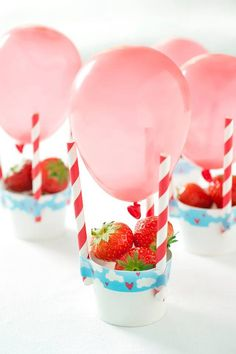 Hot Air Ballon Strawberry Basket Healthy Party Summer Snacks For Kids. Gezonde traktatie voor verjaardag