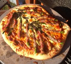 Grilling Pizza on the Big Green Egg by: Paul Sidoriak Pizza is one of the food groups for me. I use the word pizza as a verb rather than a noun and it probably evokes more emotion than any other f… Big Green Egg Pizza, Big Green Egg Smoker, Green Eggs And Ham, Vegetarian Grilling, Healthy Grilling Recipes, Barbecue Recipes, Barbecue Sauce, Pizza Recipes, Grill Recipes