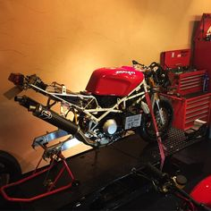 DUCATI 888SPS : just finished overhauling the engine and OHLINS #ducati #ducati888 #motorcycle #moto #sbk Ducati 888, Ducati Desmo, Moto Ducati, Ducati Cafe Racer, Cafe Racers, Scrambler, Ducati Sport Classic, Ducati Monster, Bike Design