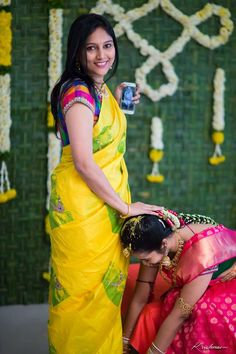 Woowww look at the motif on the yellow saree, awesome South Indian Bride, Indian Bridal, Saree With Belt, Saree Floral, Saree Draping Styles, Simple Sarees, Bride Sister, Yellow Saree, Saree Trends