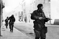 Captain Killick of the Airborne Division leads a patrol through Arnhem. Normandy Ww2, Operation Market Garden, Iwo Jima, Military Operations, War Photography, Paratrooper, British Army, Special Forces, Photos