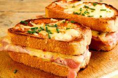 Croque Monsieur - un sandwich clasic franțuzesc extrem de gustos care câștigă tot mai multă popularitate în întreaga lume! Fă-l rapid, după rețeta de aici. Sandwiches For Lunch, Wrap Sandwiches, Dinner Dishes, Dinner Recipes, Main Dishes, Croque Mr, French Snacks, Halloumi Burger, Good Food