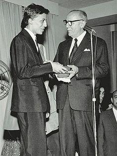 CHIKITA BAKANA: HISTÓRIA DA MODA NO BRASIL: DAS INFLUÊNCIAS AS AUTORREFERÊNCIAS Clodovil recebe o Prêmio Agulha de Ouro em 1960