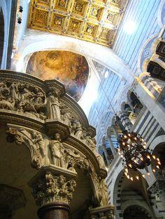 Pisa - Interno del Duomo con pulpito di Giovanni Pisano e lampada di Galileo