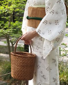 こちらは山葡萄の籠バッグ。網代で編んだシンプルなワンハンドルのバケツ型です。気軽に普段使いして頂けるカジュアルなかたちが素敵なお品ですね。もちろん収納力も充分、デニムなどにさらりと合わせても、木綿や紬に下げていても、とっても可愛いと思います。この機会にいかがでしょうか。 オンラインショップにてご紹介致しております。是非ご覧くださいませ。 #きもの青木 #山葡萄 #着物 #着物コーデ #着物コーディネート #籠バッグ #kimono #籠 #夏のお出かけ #山葡萄バッグ