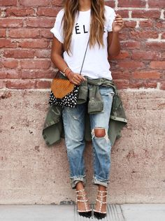 Guide: How to wear boyfriend jeans this spring? Ripped boyfriend jeans and Valentino Rockstud pumps for spring style (would prefer less rips!)Ripped boyfriend jeans and Valentino Rockstud pumps for spring style (would prefer less rips! Girls Casual Dresses, Casual Summer Outfits, Casual Wear, First Date Outfit Casual, Trendy Outfits, Casual Heels, Grunge Outfits, Trendy Jeans, 90s Grunge