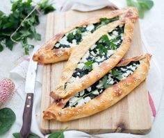 Turkse pide met spinazie en feta (+ video - Apocalypse Now And Then Good Healthy Recipes, Veggie Recipes, Diet Recipes, Vegetarian Recepies, Spinach And Feta, Savory Snacks, Turkish Recipes, Evening Meals, My Favorite Food