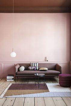 Décor do dia: Teto escuro e parede rosa trazem personalidade para sala (Foto: Divulgação)