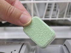 Så här lätt gör du eget maskindiskmedel: 1. Fyll diskmaskinen som vanligt. 2. Häll i ungefär tre droppar vanligt diskmedel i facket där du normalt häller i maskindisk-medlet. 3. Häll på bikarbonat så att det fyller två tredjedelar av facket. 4. Tillsätt salt till facket nästan är fullt. 5. Sätt i gång diskmaskinen som vanligt.
