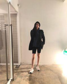Biker Shorts - Apink Naeun Blackpink Fashion, Asian Fashion, Fashion Beauty, Fashion Trends, Laid Back Outfits, Short Outfits, Black Biker Shorts, Khaki Cargo Pants, Apink Naeun
