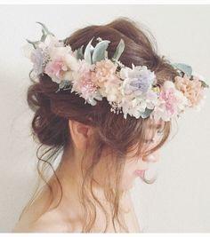 霞みがかった印象の儚げで繊細な花冠…♡ 複雑な色味を入れつつも、優しい色合いがまとまりを持ち、ワンランク上の表情を出してくれています꒰๑´•.̫ • `๑꒱シャギーな質感のタタリカをメインに、ミニカーネーションとクリームホワイトの小花達…♡カラーグラデーションがキレイなアジサイ*ふわふわの質感が印象的なハニーテールアイビーやブルーアイスのウォッシュホワイトなグリーン達……