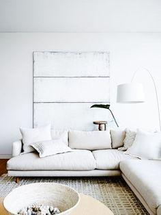 大きいソファを置きたいあなたには、ローソファをチョイスしてみてはいかがでしょう。この事例のようにまわりのインテリアや壁などと家具の色のトーンを合わせるとよりスタイリッシュに空間を演出できます。