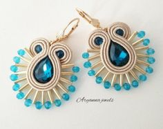 Soutache earrings made entirely handmade with crystal and glass drop. Paper Earrings, Soutache Earrings, Clay Earrings, Jewelry Trends, Diy Jewelry, Beaded Jewelry, Jewelry Making, Bead Embroidery Tutorial, Bead Embroidery Jewelry