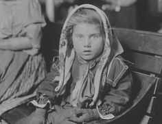 Italian child gets her first penny at ellis island 1926 | foto: lewis w. hine