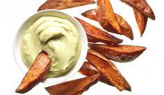 Vegetarisches Rezept: Süßkartoffelecken mit Avocado-Dip