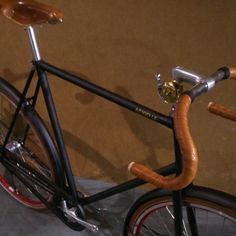 Sam Deluxe in matte black with red rims and Nitto trackhandlebar.  (bij Achielle Vintage & Nostalgic Bicycles)