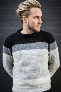 798060be336 Yderst flot sweater strikket i Mayflower Sky Light. Dette design har et  minimalistisk og enkelt