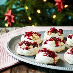 Pieni pavlova maistuu esimerkiksi joulupöydän jälkiruokana. Kirpeän karpalon ja makean kinuskin yhdistelmä on vastustamaton.