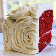 Mitähän ne käyttää tuohon punaiseen kakkupohjaan ja miltä mahtaa maistua. =O roses design red cake flavors - Wedding Cake Flavors