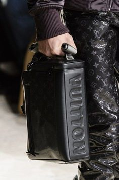 Louis Vuitton Fall 2018 Men's Fashion Show Details - The Impression Vuitton Bag, Louis Vuitton Handbags, Purses And Handbags, Men Fashion Show, Fashion Bags, Mens Fashion, Ps Wallpaper, Authentic Louis Vuitton, Cross Body Handbags