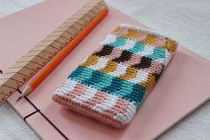 Pirjon kädenjälkiä: mobile poach with tapestry crochet pattern