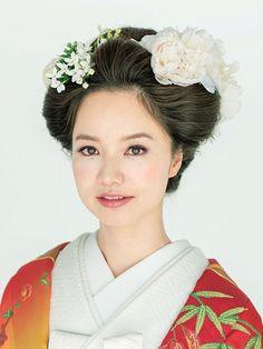赤に金色のグラデーションが豪華絢爛な雰囲気を醸す打掛。鬢やまげを意識した日本髪風のアップヘアで、クラシカルに、華やかに装って。 ■お問い合...