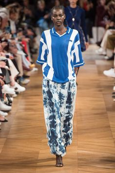 f82cf0ad Stella McCartney Spring 2019 Ready-to-Wear Fashion Show Collection: See the  complete