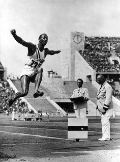 Jesse Owens beim Goldmedailen Weitsprung 1936.