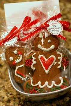 {Free Printables} Gingerbread Men Cookie Recipe & Sweet Treats Tags! | The TomKat Studio