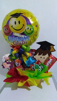 Arreglos para graduación, diseños de Arreglos para graduación, Arreglos para graduación con dulces, Arreglos para graduación de universidad, Arreglos para graduación de prepa, Arreglos para graduación de secundaria, Arreglos para graduación de primaria, Arreglos para graduación de Kinder, Arreglos para graduación Económicos, Arreglos para graduación Fáciles de hacer, Como hacer centros de mesa para graduación paso a paso. Diy Graduation Gifts, Preschool Graduation, Baby Gift Wrapping, Creative Gift Wrapping, Candy Bouquet, Balloon Bouquet, Dr Seuss Cupcakes, Candy Arrangements, Bestie Gifts