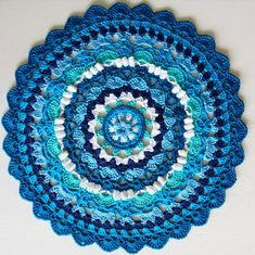 Crochet Mat, Crochet Crafts, Yarn Crafts, Diy And Crafts, Crochet Mandela, Bra Hacks, Mandalas Drawing, Crochet Circles, Winter Colors