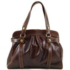 Vivienne is een grote bruine kalfslederen tas, gevoerd met synthetisch leer. De tas heeft een groot opbergvak, met een apart ritsvak, en extra vakjes voor kleine spullen. -