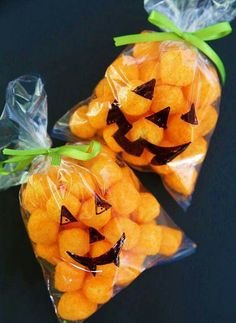 Easy Halloween Classroom Treats Pumpkin Treat Bag for Halloween by Cindy Hopper The post Easy Halloween Classroom Treats appeared first on Halloween Party. Pumpkin Treat Bag for Halloween by Cindy Hopper Halloween Party Kinder, Bolo Halloween, Halloween Treats For Kids, Halloween Goodies, Halloween Desserts, Holidays Halloween, Halloween Classroom Decorations, Halloween Birthday Parties, Halloween Candy Bags