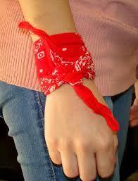 lenços e bandanas amarrados nos braços e pulsos - Pesquisa Google