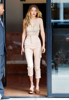 View and license Gigi Hadid pictures & news photos from Getty Images. Bella Gigi Hadid, Bella Hadid Style, Daily Fashion, Girl Fashion, Womens Fashion, Manhattan, Foto Glamour, Gigi Hadid Pictures, Bella Hadid Outfits