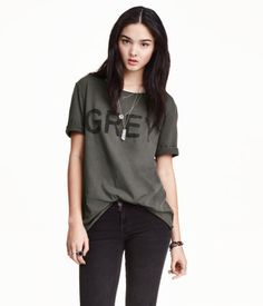 T-shirt in cotton jersey with a printed design. Slightly wider neckline, sewn cuffs, and raw roll edges.