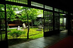can you imagine having a courtyard like this? amazing.
