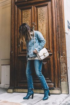 Mother_Jeans-Ripped_Jeans-Light_Blue_Sweater-Denim_Jacket-Levis-Outfit-Blue_Boots-Street_Style-16 Arty Fashion, Love Plus, Light Blue Sweater, Adventure Style, Mother Jeans, Collage Vintage, Blue Boots, Autumn Street Style, Ripped Jeans