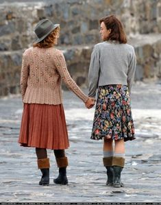 The Edge of Love. Both of these gal's wardrobe in this movie was perfect. 1940s Fashion, Vintage Fashion, Vintage Dresses, Vintage Outfits, The Cardigans, Mein Style, Granny Chic, Textiles, Keira Knightley