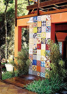 ladrilho hidraulico e mini deck no chuveiro assentamento com argamassa e com uma desempenadeira