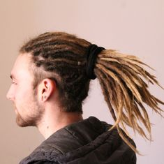 Kevin back from Nevada USA, to South of France and Saint Raphael straight to my atelier for some I made his extensions april 9 months later they are looking great ! White Men With Dreads, White Dreads, Dreadlock Hairstyles For Men, Man Bun Hairstyles, Dreadlocks Men, Synthetic Dreadlocks, Hair And Beard Styles, Curly Hair Styles, Pelo Hipster