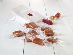 Det er ikke alltid enkelt å finne på nye gaver nå for tiden; alle har jo alt! Vårt beste tips er å lage en gave som garantert faller i smak, som for eksempel disse nydelige fløtekaramellene. Denne oppskriften gir rundt 40 hjemmelagde karameller.