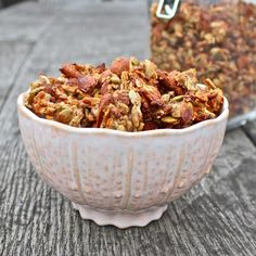 Healthy banana and almond granola clusters: gluten free - on a smoothy! a better alternative to granola and yogurt. Healthy Breakfast Recipes, Breakfast Time, Brunch Recipes, Healthy Recipes, Breakfast Ideas, Free Recipes, Alkaline Breakfast, Nutritious Breakfast, Breakfast Cereal