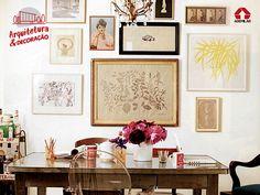 """Você já ouviu falar em """"gallery wall""""? O termo se refere a uma composição de quadros, fotografias, pôsteres e objetos decorativos na parede. Nascida na América Latina, a tendência tem por objetivo levar às residências a atmosfera das exposições de arte."""