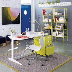 escritorio de casa com cor amarela
