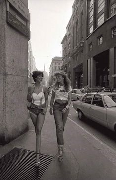 Milan, Italy, 1977 The woman on the left is stepping on the grate in heels and I'm having a heart attack over it some 40 years later. Look Vintage, Vintage Beauty, Style 70s, 70s Fashion, Vintage Fashion, 70s Aesthetic, Photoshop Elements, Historical Photos, Old Photos