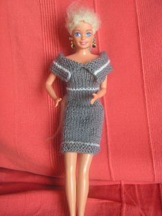Robe gris et blanc - kekeli bricole - - Barbie Knitting Patterns, Knitting Dolls Clothes, Diy Knitting Dress, Barbie Song, Barbie Dress, Diy Barbie Clothes, Diy Clothes, Mini American Girl Dolls, Knitted Dolls Free