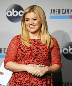 Kelly Clarkson's adorable, one-year old daughter makes a surprise appearance!