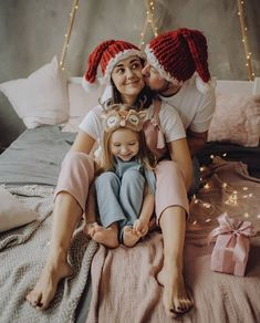 Family Christmas Pictures, Family Photos, Christmas Photography, Family Photography, Christmas Editorial, Disney Phone Wallpaper, New Year Photos, Foto Baby, Winter Kids